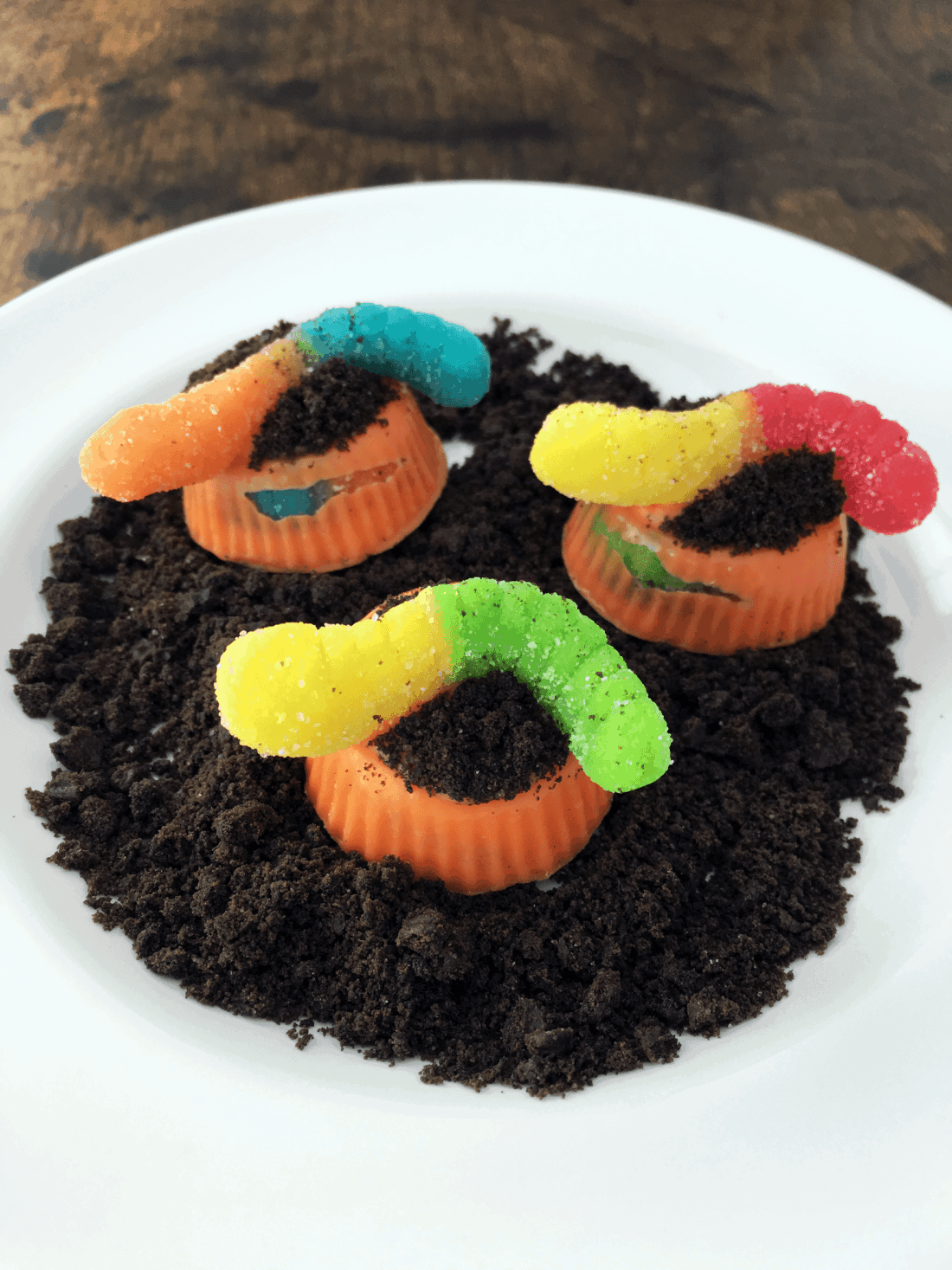 """Make These Easy And Cute """"worms In Dirt"""" Candy Treats!"""